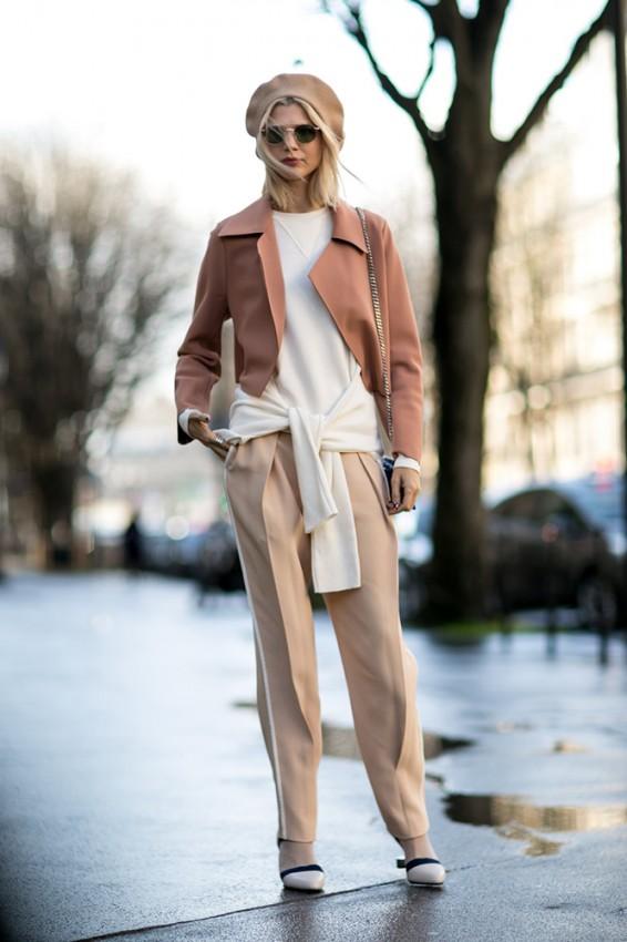 dusty-rose-coat-beige-pants-beret-street-style