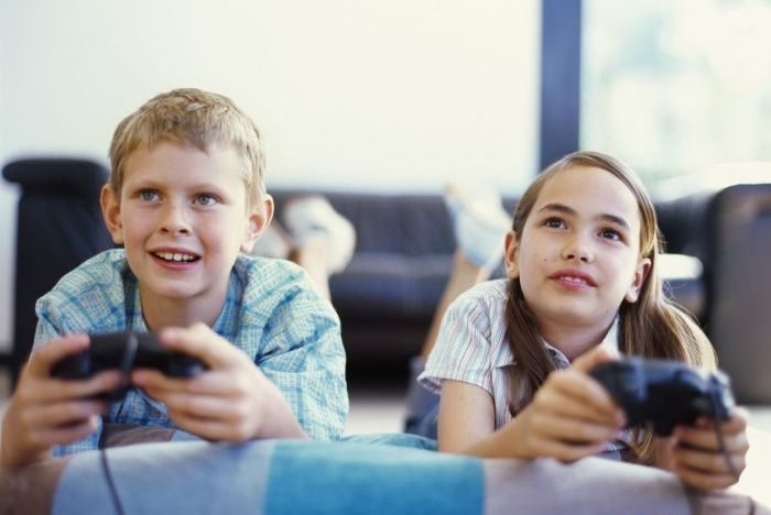 дети играют в приставку