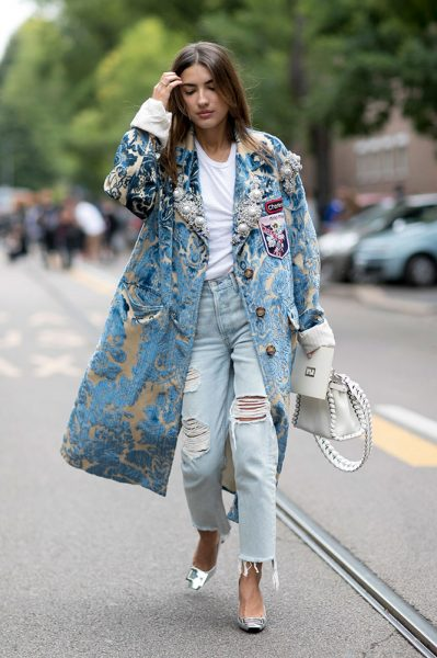 11-printed-coat-t-shirt-ripped-jeans-street-style
