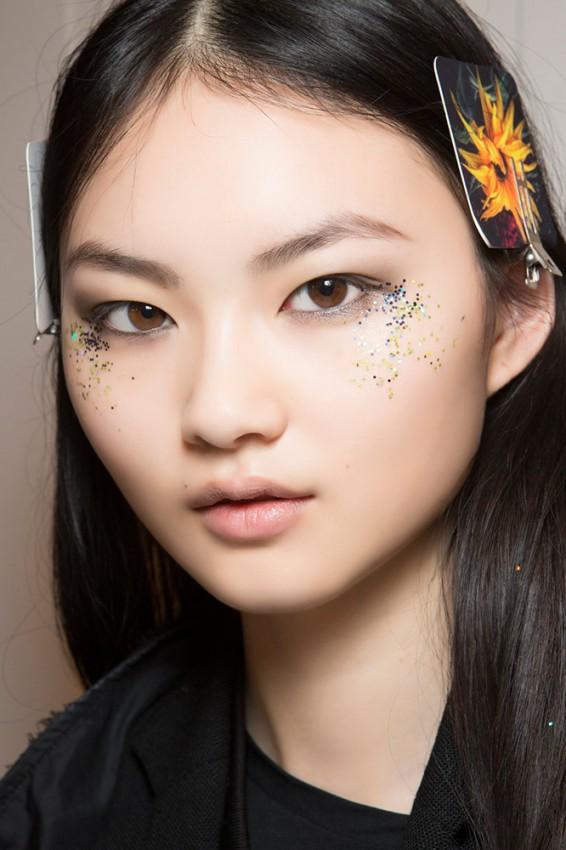 14-burberry-fall-2016-glitter-under-eye-makeup